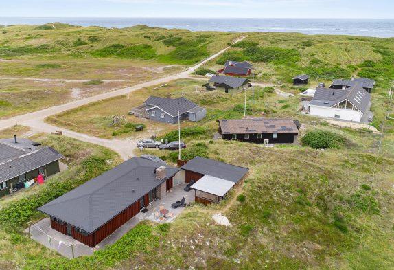 Renoveret sommerhus med flot udsigt og 100 meter til stranden