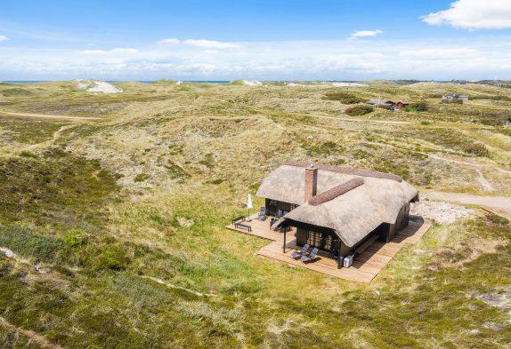 Lækkert, strandnært feriehus i første klitrække med panoramaudsigt