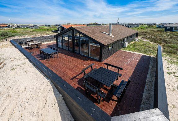 Sommerhus med sauna og flot træterrasse i det skønne Bjerregård