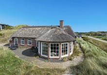 Sommerhus med udsigt og stråtag tæt på stranden
