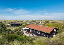 Feriehus i klitlandskab med skøn terrasse. Hund tilladt
