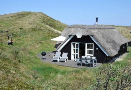 Feriehus med stor terrasse på en uforstyrret klitgrund