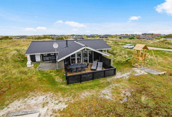 Hyggeligt feriehus med aktivitetsrum og gode terrasser