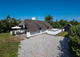 Hyggeligt stråtækt feriehus med åben pejs. Kat. nr.:  D3534, Kr. Madsens Vej 25;