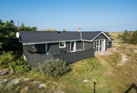 Fint sommerhus i Haurvig med skøn lukket terrasse.