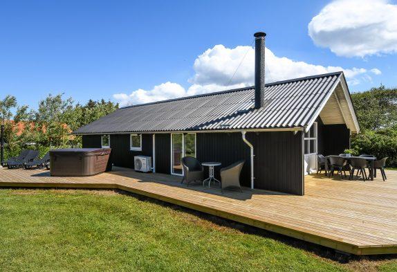 Hyggeligt sommerhus med udespa og egen adgang til fjorden
