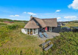 Dejligt stråtrækt sommerhus med moderne komfort. Kat. nr.:  E4170, Tingodden 222;