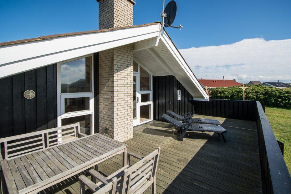 charmantes haus mit kaminofen eingez unter terrasse. Black Bedroom Furniture Sets. Home Design Ideas