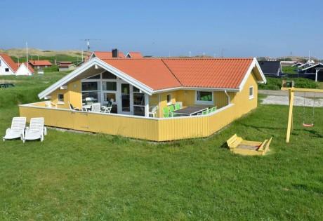 Feriehus med skøn beliggenhed ved hav og strand i Danmark