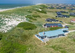 Rummeligt feriehus med skøn beliggenhed ved stranden
