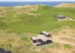 Hyggeligt og strandnært træsommerhus med smuk udsigt over klitlandskabet