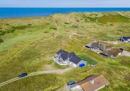 Gode terrasser og stor naturgrund – tæt på stranden