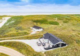 Ferienhaus mit geschlossener Terrasse dicht am Strand