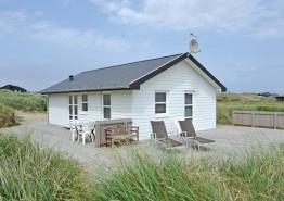 Lille fint feriehus med god terrasse tæt på stranden