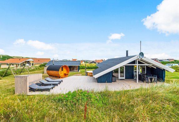 Hyggeligt strandnært sommerhus med vildmarksbad og udesauna