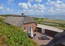 Hus med udsigt over fjord og med lukket terrasse