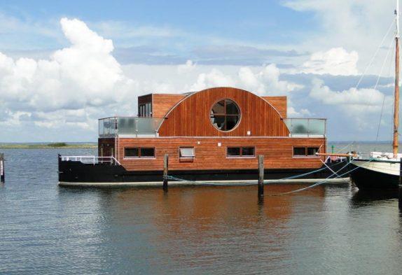 Luksuriøs husbåd i fjord i Hvide Sande