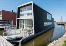 Stilfuld husbåd med smuk udsigt over fjorden