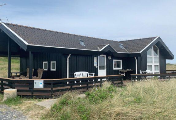 Sommerhus i yderste klitrække tæt på hav og strand