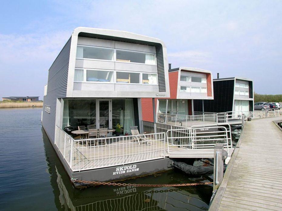 hausboot mit wunderbarer aussicht auf den fjord esmark. Black Bedroom Furniture Sets. Home Design Ideas