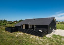 Feriehus med overdækket terrasse og varmepumpe. Kat. nr.:  G5550, Anker Eskildsens Vej 24;