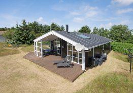Velholdt sommerhus med skøn afskærmet terrasse