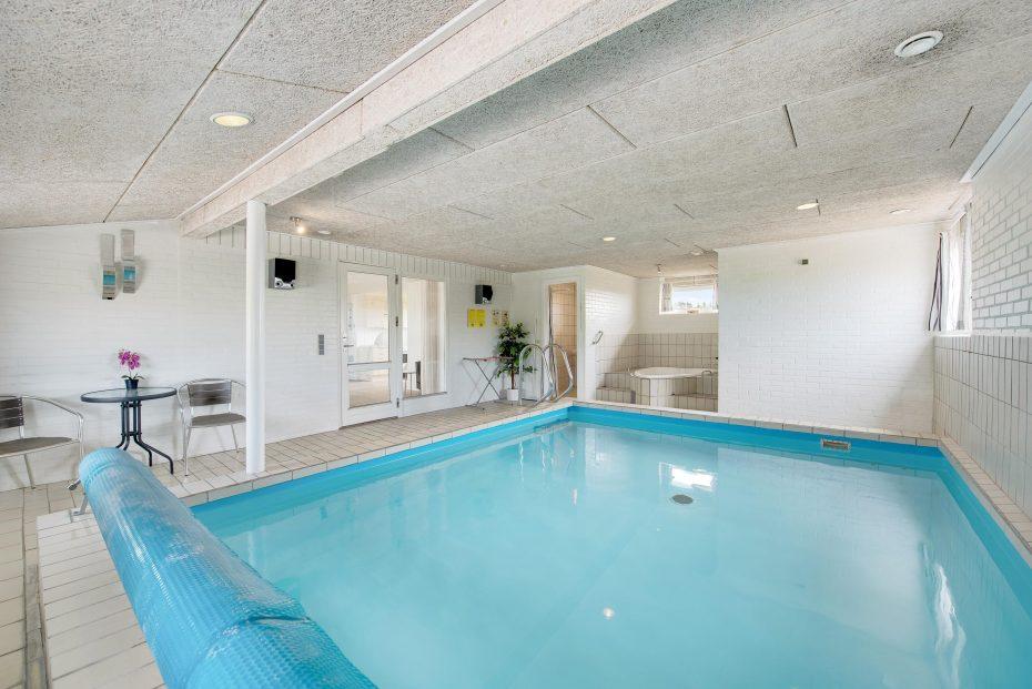 poolhaus f r 8 personen mit whirlpool und sauna esmark. Black Bedroom Furniture Sets. Home Design Ideas