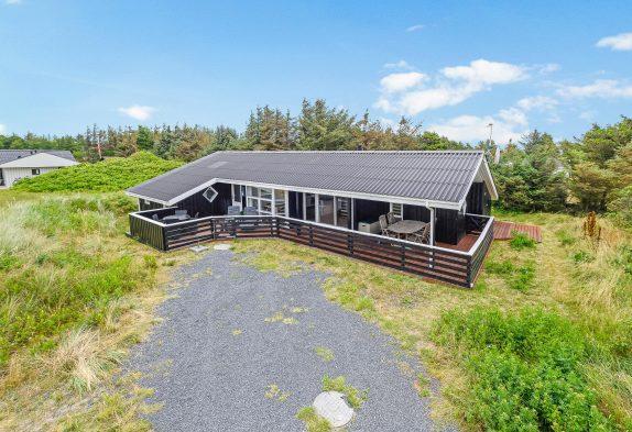Feriehus med terrasse på fredfyldt grund. Hund tilladt