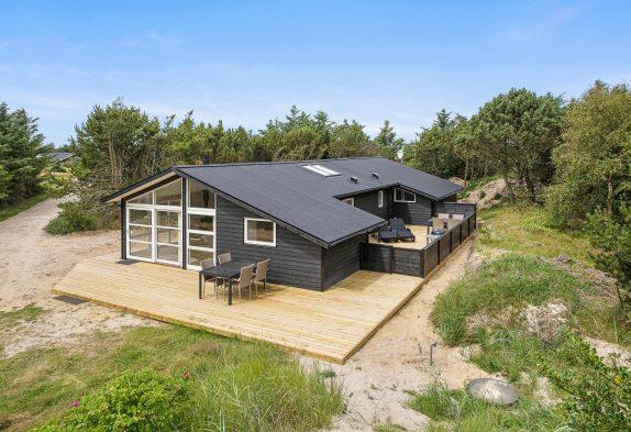 Strandnært og hyggeligt sommerhus med sauna og brændeovn