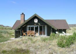 Velholdt feriehus med stor terrasse på en rolig grund. Kat. nr.: H5107, Lyngvejen 144;