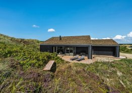 Moderne sommerhus med udebruser og smuk udsigt til hav og fjord