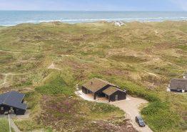 Moderne sommerhus med udebruser og smuk udsigt til hav og fjord. Kat. nr.:  H5132, Havklitvej 53;