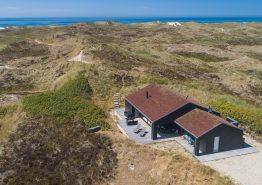 Moderne sommerhus med udendørs bruser og smuk udsigt til hav og fjord