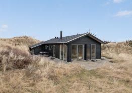 Lyst og strandnært feriehus med brændeovn og hund tilladt. Kat. nr.:  H5244, Lyngvejen 114;