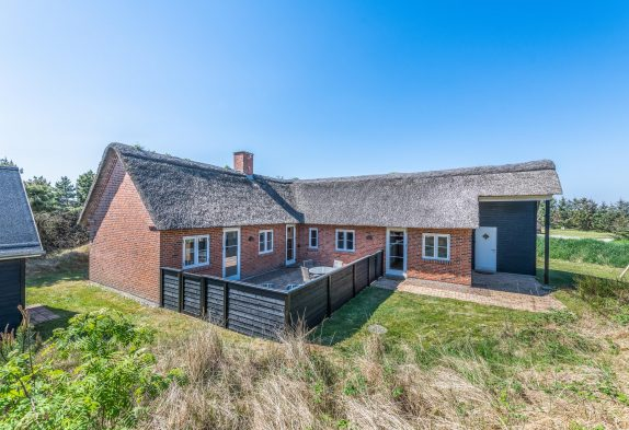 Modernes Reetdachhaus mit Whirlpool und Kamin