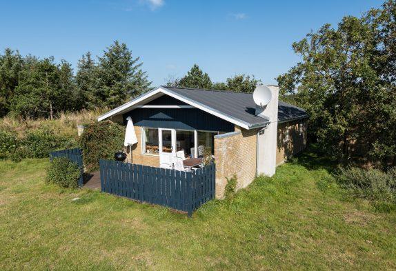 Haus mit geschlossener Terrasse auf Rasengrundstück