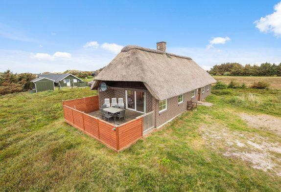 Charmerende feriehus med stråtag på flot naturgrund