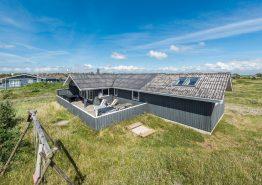 Geräumiges Ferienhaus mit geschlossener Terrasse. Kat. nr.:  H5612, Fladsbjergvej 242;