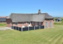 Feriehus med stråtag, hems og en god lukket terrasse