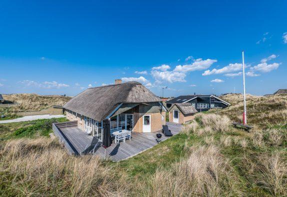 Rummeligt og højtbeliggende feriehus kun 150m fra stranden