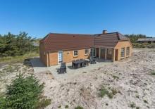 Feriehus med gode terrasser på naturgrund nær stranden