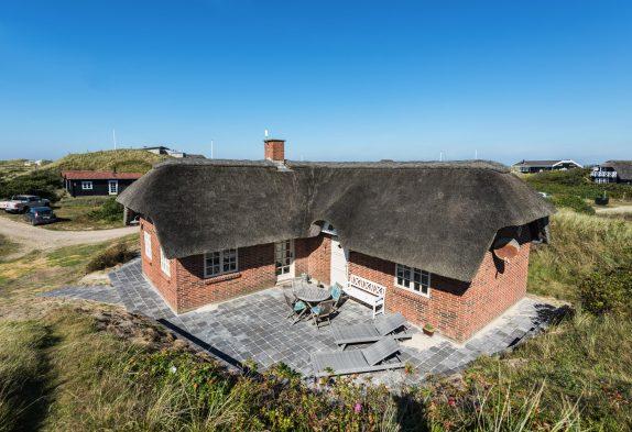 Gemütliches Haus, das auf einem Hügelgrundstück steht