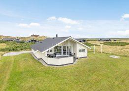 Lyst familievenligt hus blot 250 meter fra havet. Kat. nr.:  J6582, Klægdalen 26;