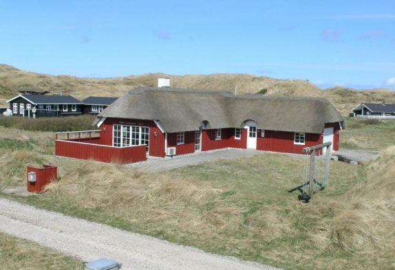 Schönes Ferienhaus mit Reetdach nah am Strand in Houvig