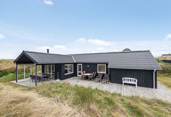 Modernes Ferienhaus nahe am Meer mit Badetonne