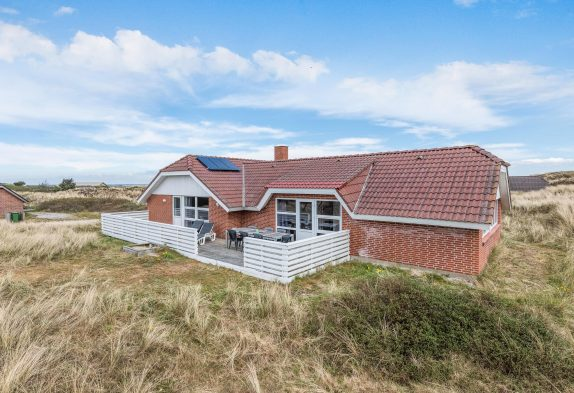 Geräumiges Poolhaus unweit vom Strand mit Solarzellen