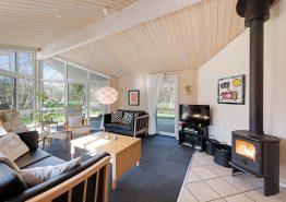 Indbydende feriehus med sauna og spa på stor, ugeneret naturgrund (billede 3)