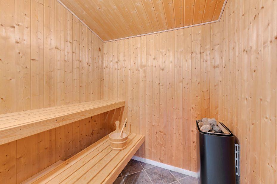charmant badezimmer mit sauna und whirlpool - einladendes ferienhaus mit sauna und whirlpool auf gro em ungest rtem naturgrundst ck esmark