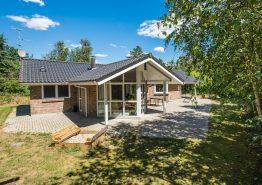 Indbydende feriehus med sauna og spa på stor, ugeneret naturgrund (billede 1)