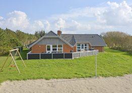 Poolhaus mit geschlossener Terrasse und Volleyball-Feld
